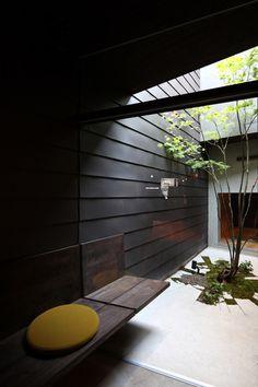 #Courtyard with #black #clapboardsiding and #crackedfloor. #Yamaga by #Mega. Photo by #NagaishiHidehiko.