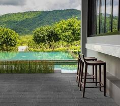 Kostka Lineage XL płukana - Ta niezwykle elegancka kostka o licu przypominającym naturalny kamień daje nieograniczone możliwości aranżacyjne, dzięki czemu taras, otoczenie basenu czy wejścia do domu będzie wyglądać bardzo ekskluzywnie.