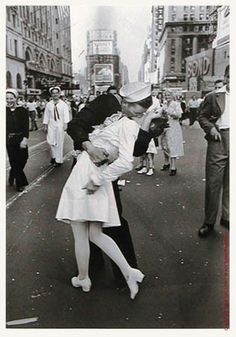 eisenstaedt_alfred_M2_vj_day_lasiter_16x20_L.jpg (image) #famous #war #world #vj #day