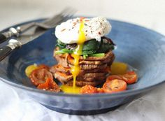 veggie and egg breakfast tower (with sweet potatoes, spinach and roasted tomatoes)