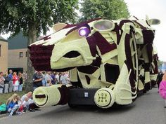 Sculpture from flowers of a abstract car #sculpture #of #art #flowers #parade