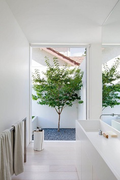 Bathroom open to garden. Bourne Road Residence by studiofour. © Shannon McGrath. #bathroom