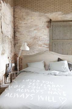 Achter de schermen bij Frans #interior #brick #wood #wall #bed