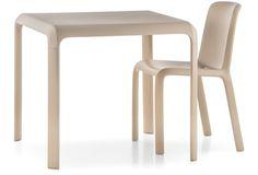 SNOW 301 Snow table vuole comunicare le stesse sensazioni di dinamismo e velocità già proprie della Snow chair. Tavolo con ripiano in pol