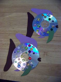 Your little ones will love turning old CDs into a hanging aquarium of sparkling fish that will catch the light in every part of the house. #diy #fish #sea