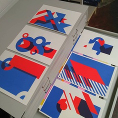 Limited number of shapes on a grid.. Loads of possibilities. 2 color screenprints on SRA3 #olin paper @antalisfordesigners. Next up is a 4 color series. #screenprinting #screenprint #printmaking #printisnotdead #printmakers #silkscreen #printstudio #printspotters #serigraphy #print #design #diy #printart #screenprintinglife #printedmatter