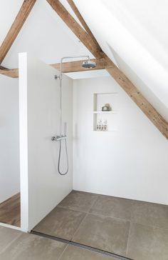 Walk-in shower in attic. Tour around Danielle de Lange's home. Photo by Paulina Arcklin. #shower #danielledelange #paulinaarcklin