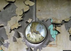 Haunting Images Of Detroit's Decline (PHOTOS) #peeling #melted #peel #photo #photography #melting #time #clock