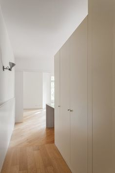 Hallway with oak parquet floor. Vivienda Sant Gervasi by Liebman Villavecchia Arquitectos. #liebmanvillavecchiaarquitectos #hallway