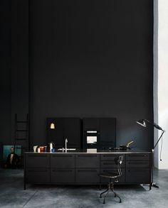 Фотограф Heidi Lerkenfeldt #interior #kitchen #dark