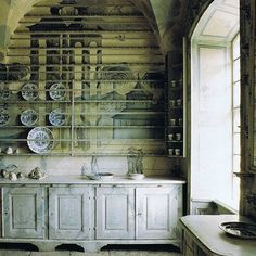 Love the incredible hand painted walls #antique #handpainted #blueandwhite #antiqueporcelain #antiquefloors #antiquepainting