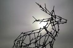 2473629942_f9c38bbcf6.jpg 500×333 pixels #long #sculpture #scaffolding #ben
