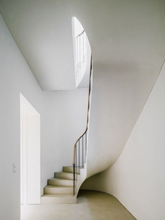Curved stairway. Bogenhausen House by David Chipperfield Architects. © Simon Menges.