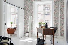 Detta rum kan användas som arbetsrum eller sovrum #interior #wallpaper #white #flower