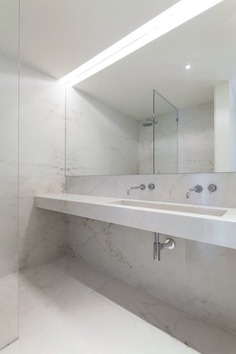 Marble wet room. Apartment MR by PHDD Arquitectos. © Francisco Nogueira. #bathroom