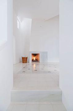 White living room. Casa Voltes. Photo by Lorenzo Kàràsz. #livingroom#minimal