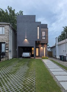 Built Around a Vertical Sculpture Gallery: Totem House in Toronto