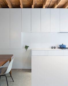 Contemporary kitchen. 480 House by D'Arcy Jones Architecture. © Sama Jim Canzian. #kitchen #joist #concretefloor