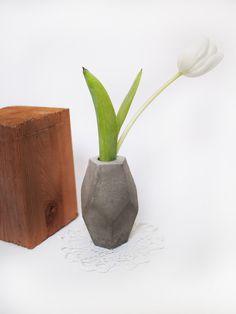 Small geometric concrete vase // FrauKlarer #vase #concrete #frauklarer #concretevase #geometric #geometricvase