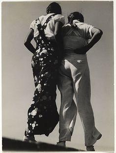 'Two Girls', 1930 parT. Lux Feininger (1910-2011), photographe américain. #fashion #photography #people