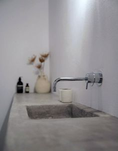 Concrete bathroom sink. Maison Kamari by React Architects. © Damien De Medeiros. #concrete #bathroom #sink