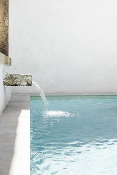Pool with water feature. Patio de Esperanza&Josep by Marina Senabre Roca. © Marina Senabre Roca. #swimmingpool #waterfeature
