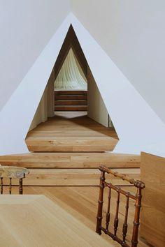 Nasu-Tepee-by-NAP-Architects_Koji-Fujii_dezeen_468_8 #pyramid #triangle #angles #room