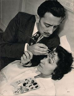 Salvador Dali painting wife Gala's forehead, 1948 Source: http://modearte.com