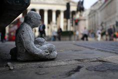 cement miniature sculptures artist isaac cordal (6)