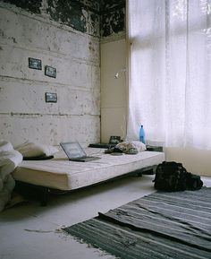 http://lh6.ggpht.com/ SkNWPy1glAg/UCs1lbF9pOI/AAAAAAAAsSM/YDlN0 y4C6Q/IMG_5804.JPG?imgmax=576 #interior #bedroom #concrete #bed