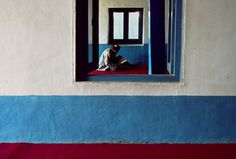 Wyniki Szukania w Grafice Google dla http://stevemccurry.files.wordpress.com/2013/06/afghn 12373nf.jpg #illusion #wall #window #blue #man