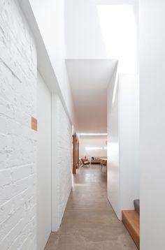 Bright #hallway with white #brickwalls and #concretefloor. #HouseEadie by #TribeStudioArchitects. Photo by #KatherineLu. #lightwell #brickwa