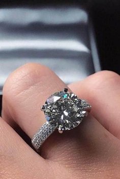 All luxury engagement rings brands, and all the leading ring trends are now in one article. Browse through our gallery and make your choice!