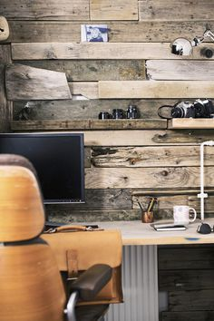 Awesome little workspace #wood #office #computer #workspace #cameras