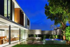 Residence made of concrete, glass, wood and steel