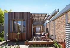Retractable Roof House Kinetically Adapted to the Climate of Melbourne