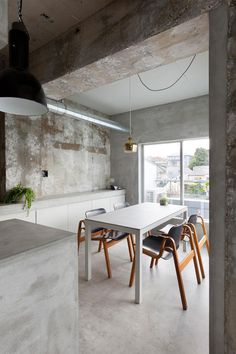 #Concrete #dinette. #RenovationInJiyugaoka by #AirhouseDesignOffice. Photo by #ToshiyukiYano. #diningroom #industrial