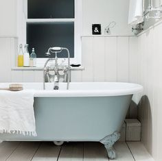 Vintage : Cottage in Cornwall #interior #enlgish #tub #bathroom #cottage #vintage