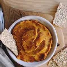 Pasta z pieczonej dyni i suszonych pomidorów z quinoa Lubisz domowe smarowidła? Pasta kanapkowa z pieczonej dyni z dodatkiem suszonych pomidorów i komosy ryżowej to prosta i zdrowa alternatywa dla sklepowych past.