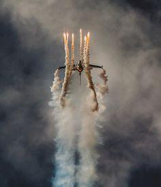 Belgian F16 Solo Στάθης Χαλκίδης, 500px.com http://inspire.neuetoyou.com/ #smoke #sky #color #plane #dark