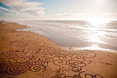 Impermanent Sand Paintings by Andres Amador | Colossal #beach #pattern #art #nature