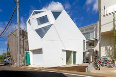 Polyhedral Monoclinic House Adapted to the Urban Setting by Atelier Tekuto #architecture