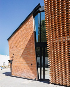 Red Brick House in Mexico with Bricks Arranged in an Artisanal Way 2