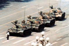 Homem solitário desafia uma fila de tanques chineses após protestos na praça de Tiananmen, em 1989