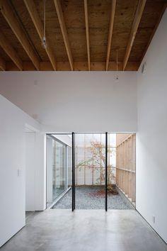 #Doubleheight space adjacent to a #backyard. #GarageTerraceHouse by #YoshiakiYamashitaArchitectAndAssociates. Photo by #EijiTomita. #woodenc