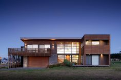 Camouflaged in Slatted Timber Screens: Motuoapa House in New Zealand