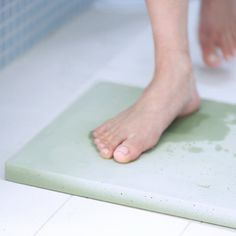 This antibacterial bath mat made of soil quickly absorbs moisture and odor.