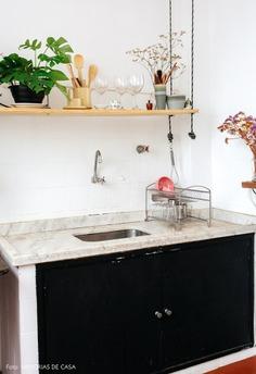 Cozinha antiga de apartamento com prateleira suspensa