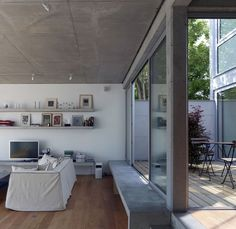 An Open Plan House With a Quiet Garden