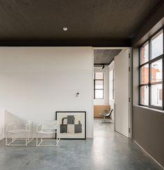 Black and white office. Nylønfabrik Home by Kove. © Luc Roymans. #office #blackandwhite #concretefloor